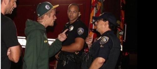 Justin Bieber conversa com profissionais do resgate (Foto: Reprodução)