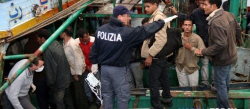 La storia di Daniele, il poliziotto allontanato per aver denunciato irregolarità sui migranti.