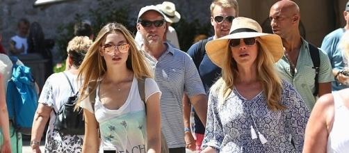 Laurene Powell Jobs, com a filha Eve e o namorado mais atrás