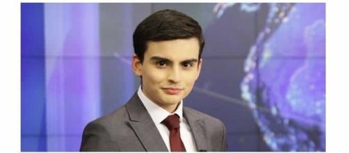 O jovem apresentador é âncora de telejornal do Sbt. (Foto: Reprodução)