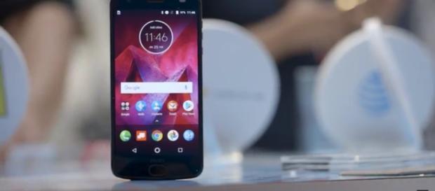 Moto Z2-The Verge-YouTube Screenshot