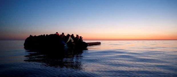 Un natante carico di migranti nel mar Mediterraneo (dossier su http://www.repubblica.it)