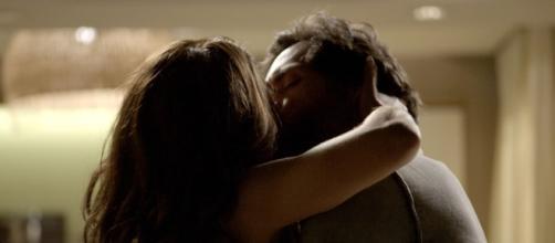 Caio é flagrado beijando Bibi e pode colocar o cargo a perder.
