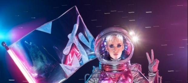 "Katy Perry como ""Moonwoman""- vía MTV"