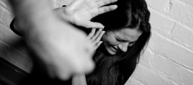 Mulher sendo agredida por um homem covarde