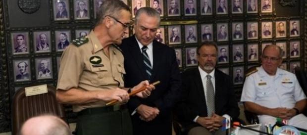 Presidente da República com general do Exército