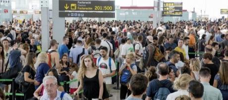 Siguen las horas de espera en el Prat. Barcelona (foto: El Periódico)