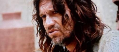 Ator Vitor Hugo vive Jeremias na novela 'O Rico e Lázaro' (Foto: Reprodução/Record TV)
