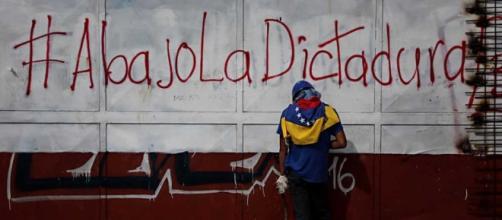 Opositor venezolano en un acto de activismo.