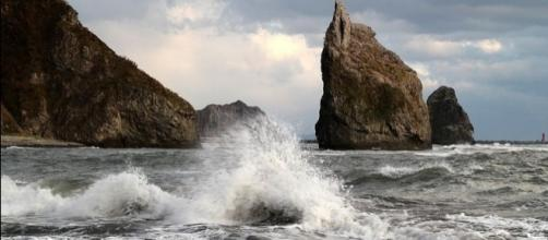 The Pacific coast in Samani, Japan. [Image via Wikimedia Commons]