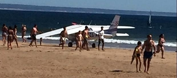Avioneta aterrou em pleno areal da Costa da Caparica.