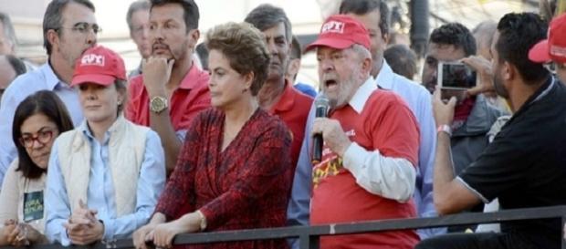 Dilma Rousseff subiu ao palanque do PT, acompanhada de Gleisi Hoffmann e do ex-presidente Lula