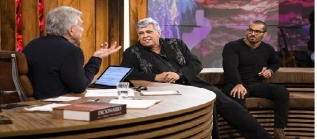 Sidney Magal e o filho Rodrigo conversam com o apresentador Pedro Bial