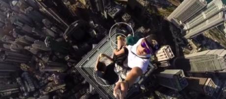 Un chico se hace un selfie en lo alto de un rascacielos