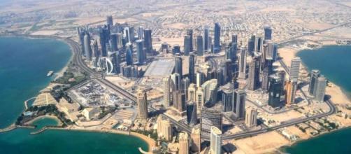 Le Qatar, un pays menacé par ses voisins (Arabie Saoudite et etc.) plus puissants et plus militairement aguerris.