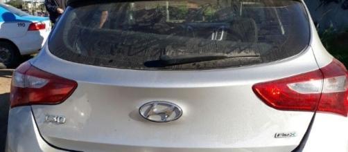 Uma das vítimas foi encontrada dentro deste carro; o caso está sendo investigado - foto: Divulgação/PM