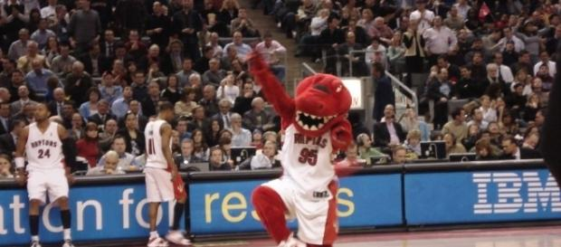 Toronto Raptors' mascot dancing (Wikimedia Commons - wikimedia.org)