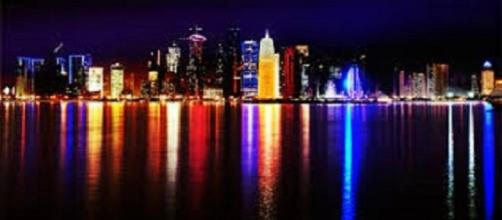 https://upload.wikimedia.org/wikipedia/commons/b/b4/Doha_Qatar_skyline_at_night_Sept_2012.jpg