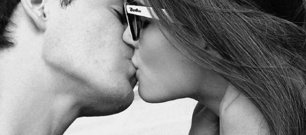 Esse é o porquê de você inconscientemente virar seu rosto para a direita quando beija