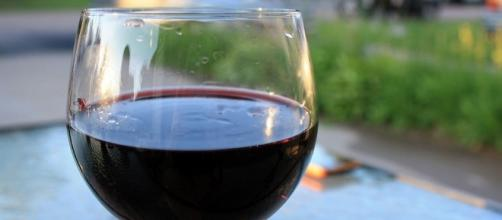 A photo showing a glass of wine - Flickr/Jason Dean