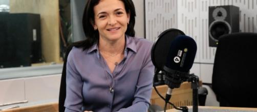 Facebook's Sheryl Sandberg: 'Pay women well' - BBC News - bbc.com