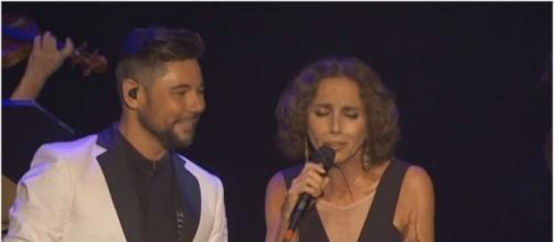 Miguel Poveda interpretando «Donde pongo la vida, pongo el fuego» con Ana Belén