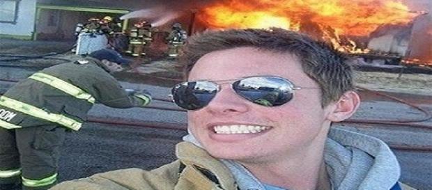 Algumas selfies são extremamente bizarras (Foto: Reprodução)