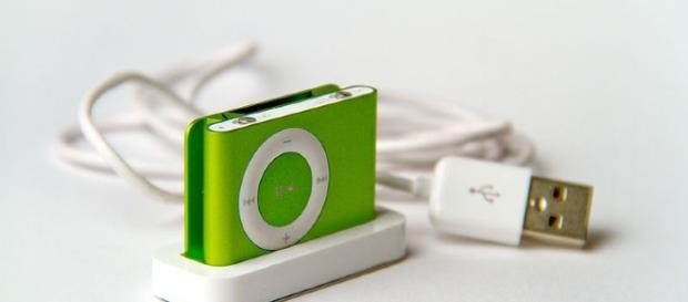 Apple iPod Shuffle second generation green Perspective. Source Feureu via Wikimedia Commons