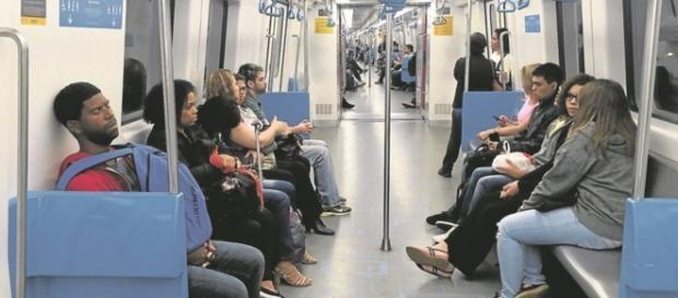 Homens são educados a sentar de pernas fechadas no transporte público