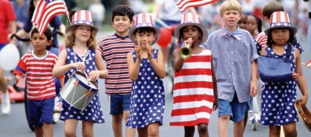 Independence Day, hot dog e fuochi d'artificio per la festa dell'Indipendenza.