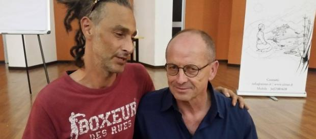 Mauro Biglino e un suo estimatore prima della conferenza a Gavirate il 7 Luglio 2017 (foto Stefano Romano)