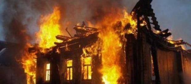 Moradores queimaram casa de suposta bruxa (Skoro Novosti)