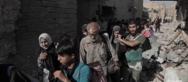 Refugees fleeing Mosul city. / [Image screenshot CNN/ YouTube]