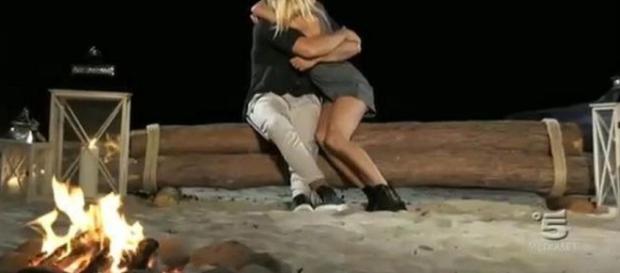 Riccardo e Camilla si abbracciano dopo il falò confronto decisivo