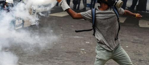 """Desarmar a """"jóvenes que tienen matando en la calle"""" pidió Maduro a ... - elpolitico.com"""