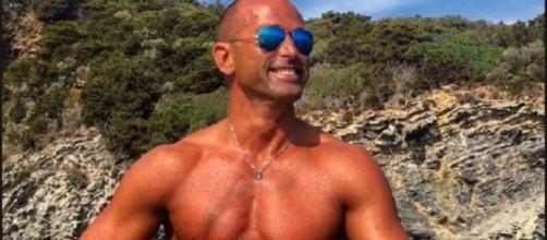 Gossip: Stefano Bettarini felice in vacanza.