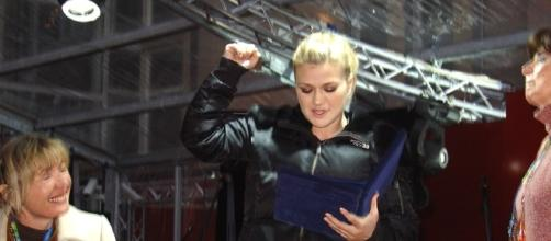 Kelly Clarkson at 2006 Winter Olympics. - https://commons.wikimedia.org/wiki/File:Kelly_Clarkson_in_February_2006.jpg