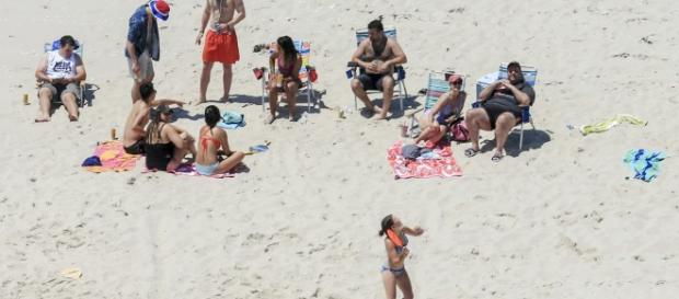 Christie lounges on NJ beach with family after closing it to all other residents.