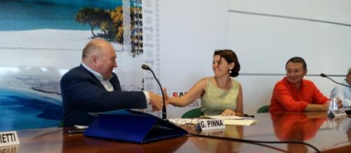 La stretta di mano tra Gabor Pinna (Sogaer) e Annalisa Bonfiglio (CRS4)