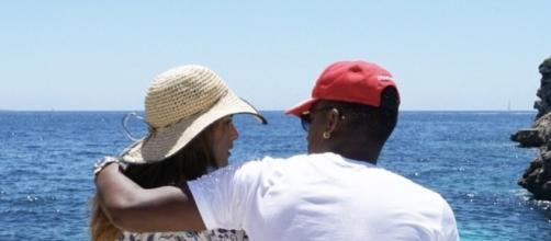 Suhaila Jad y André Carrillo posando juntos de cara al mar