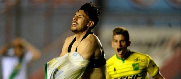 Andres comemorando o gol pelo Defensa (Foto: Reprodução)