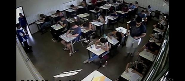 Delegado disfarçado de fiscal observa um aluno suspeito (Foto: Reprodução)