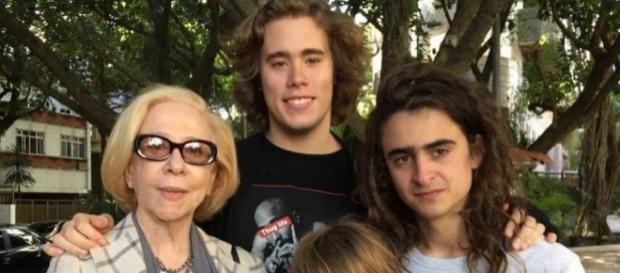 Fernanda Montenegro e Joaquim (camiseta branca): versão 'rebelde' de Harry Potter