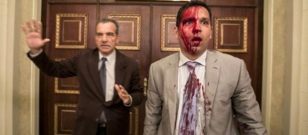 Oposicionistas ao governo de Nicolás Maduro foram agredidos (Crédito: Twitter/Evan McMurry)