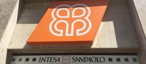 Filiale milanese di Veneto Banca a cui è stato apposto il nastro adesivo intesa San Paolo