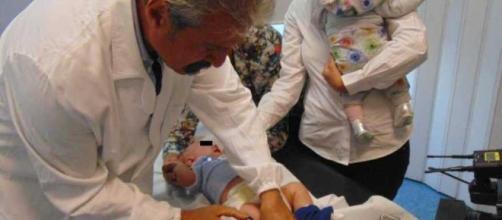 Il ministro Lorenzin mentre fa vaccinare i suoi figli