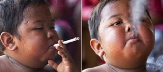 Menino chocou o mundo ao fumar 40 cigarros por dia (Foto: Reprodução)