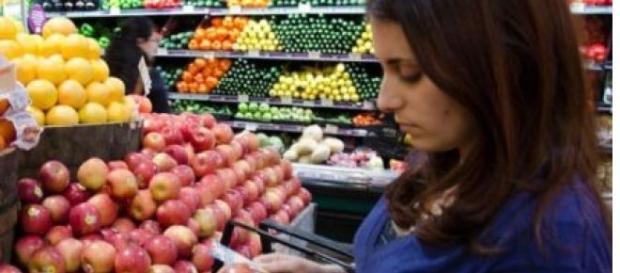 Fructele și legumele conțin pesticide și ceară specială