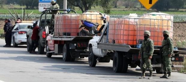 La policía custodia varias camionetas
