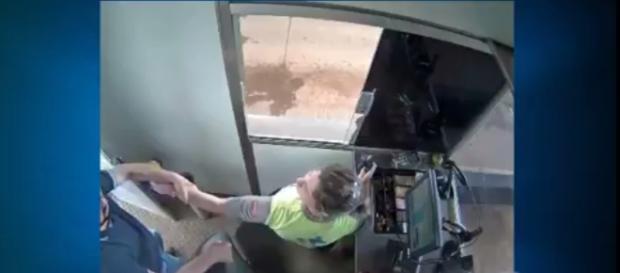 Mulher é puxada à força de cabine de trabalho por delegado que foi barrado em pedágio - foto: Reprodução / YouTube